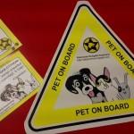 """Pet on board autós matrica, 600 Ft, Baleset estén értesítendő (az állatkám egyedül van otthon)"""" kártya 300 Ft"""
